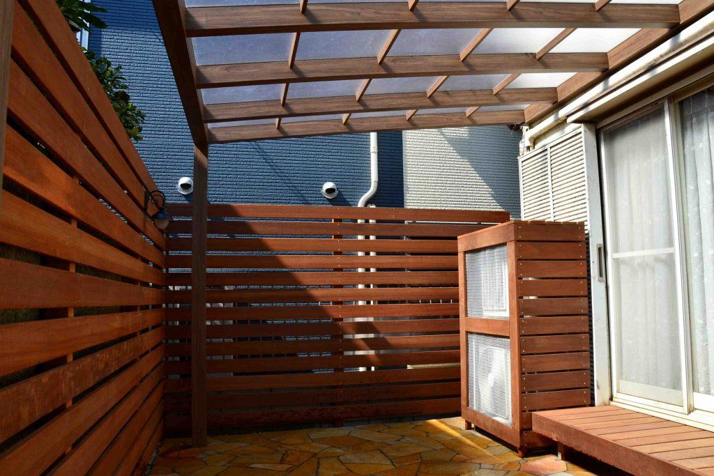 ウリン材の目隠しフェンスとテラス屋根