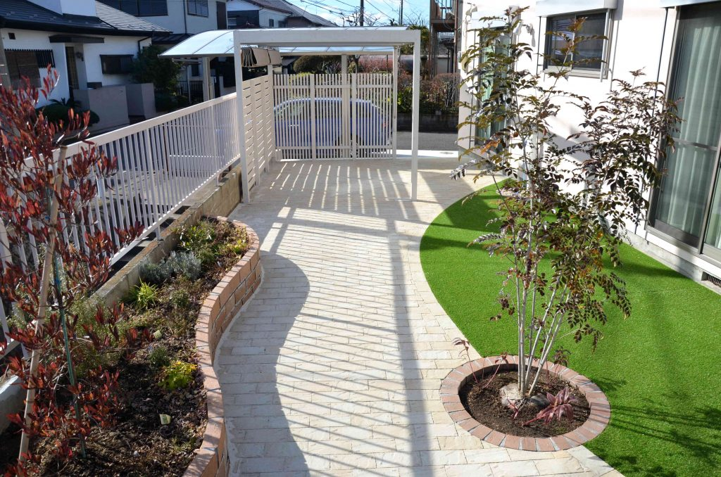 人工芝と花壇・パーゴラのある庭にリフォーム