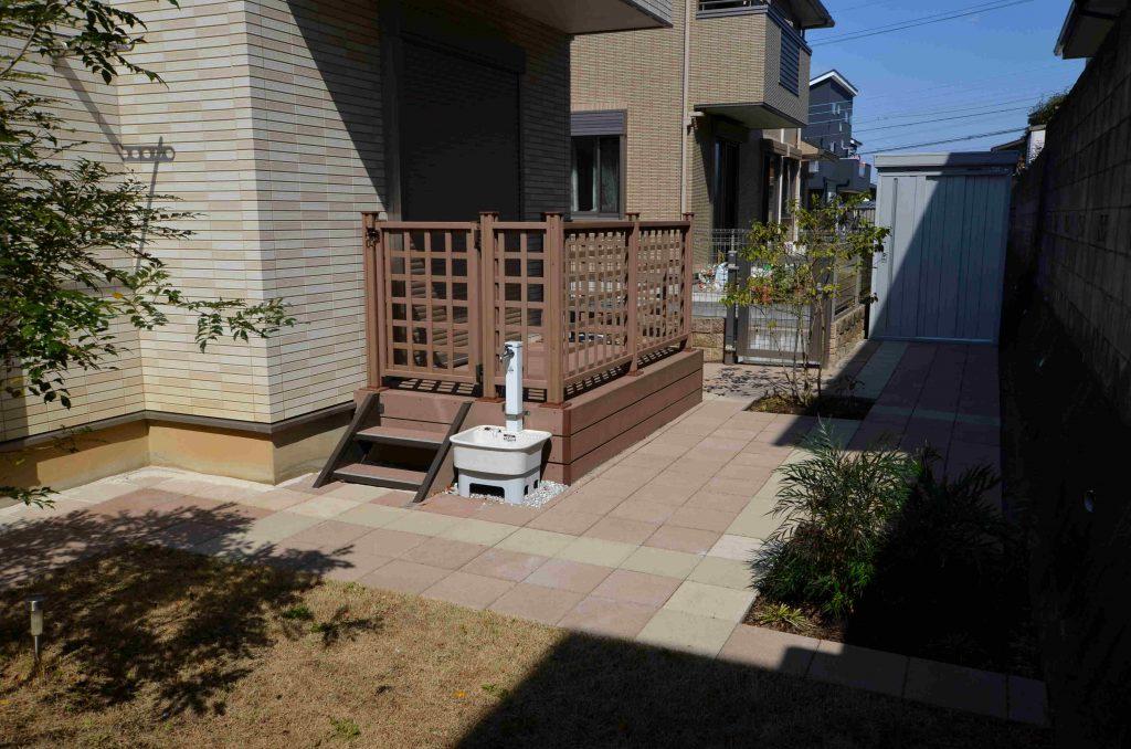 デッキと舗装材、芝のお庭