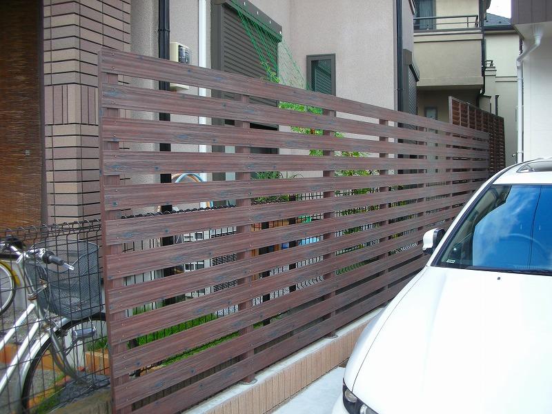 木目調アルミフェンスと角柱での目隠し事例