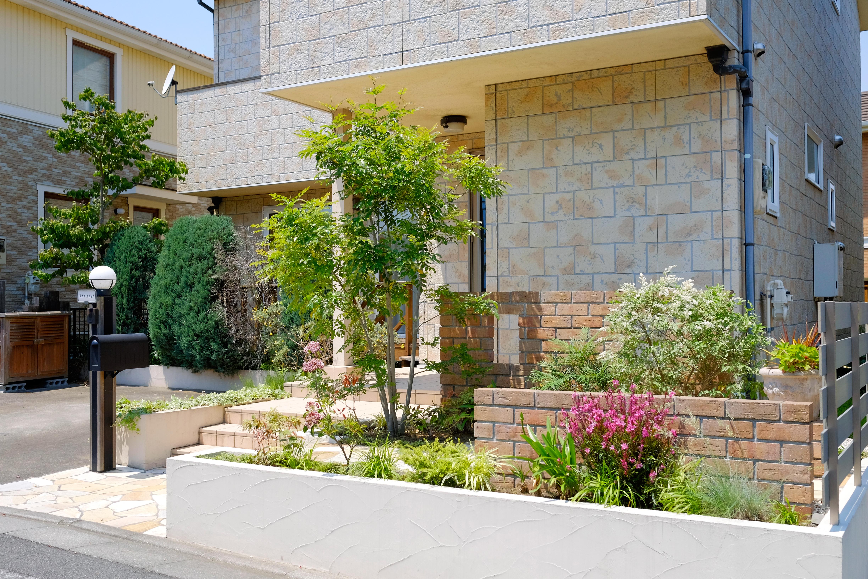 玄関前を暖かみある素材と植栽で完全リフォーム