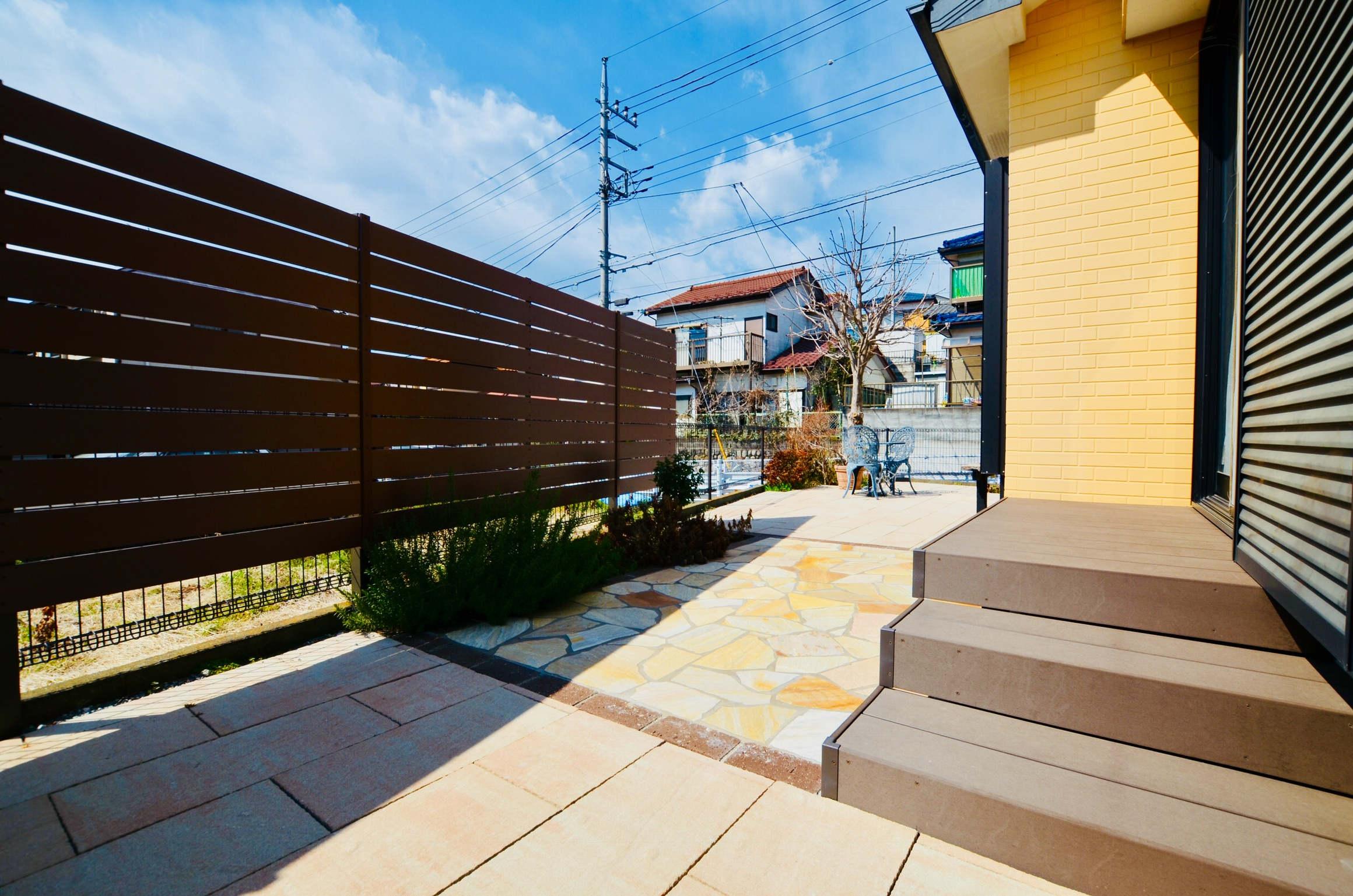 目隠しフェンスや石貼り、ウッドデッキで見違えるお庭に