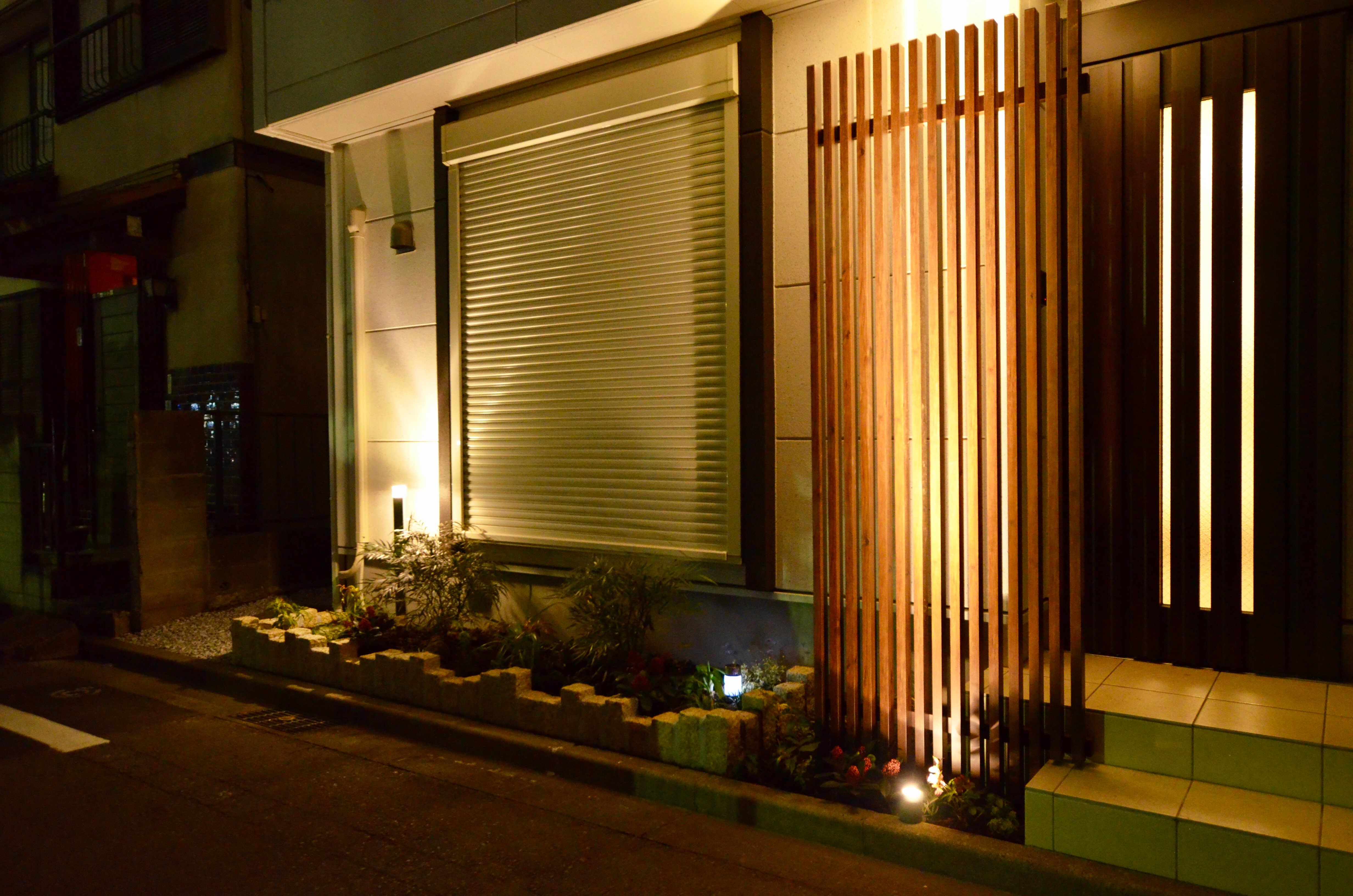 目隠しフェンスと照明がモダンな玄関を演出