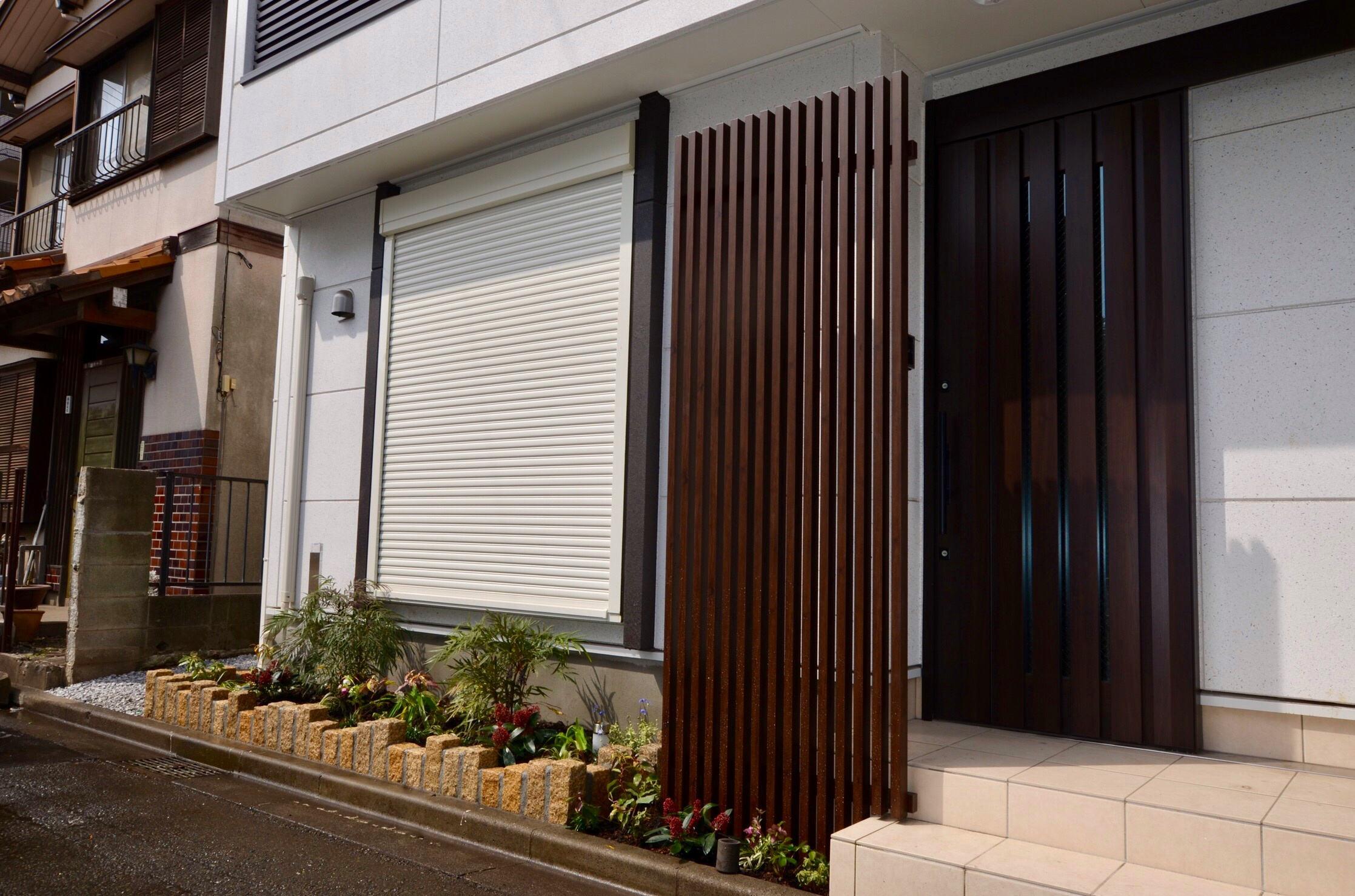シンプルモダンな玄関を印象付けるフェンス