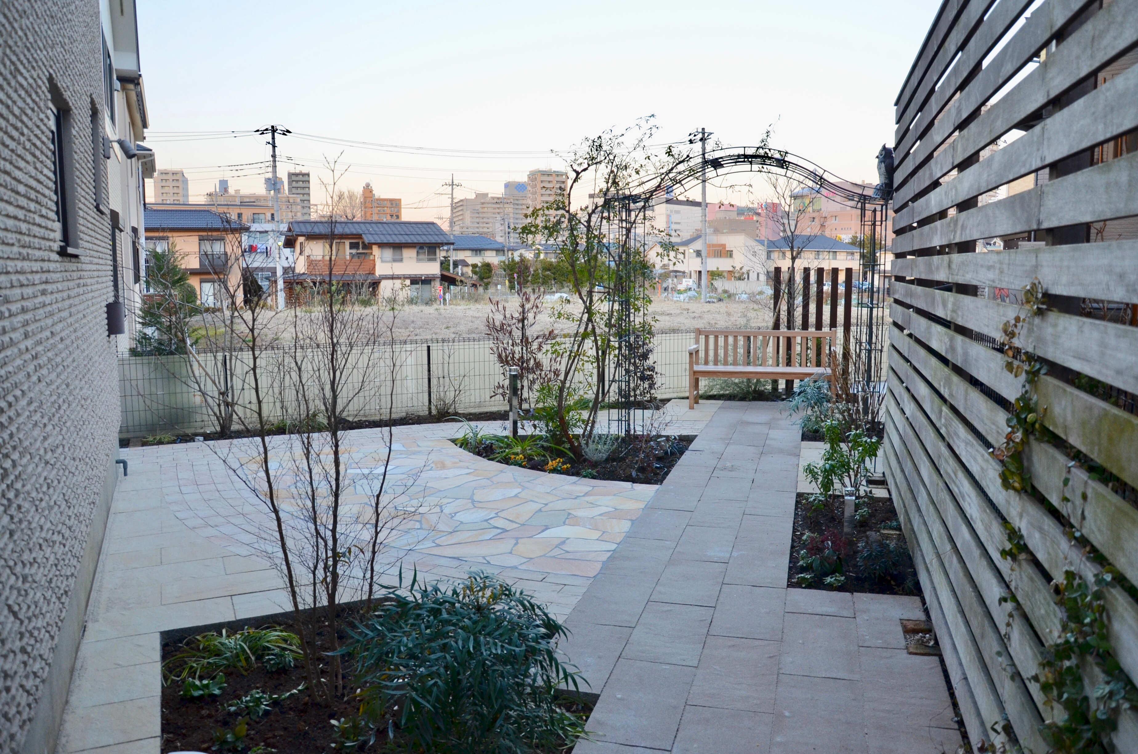 雑草取りや庭木の剪定から解放され、眺めて楽しめるお庭に