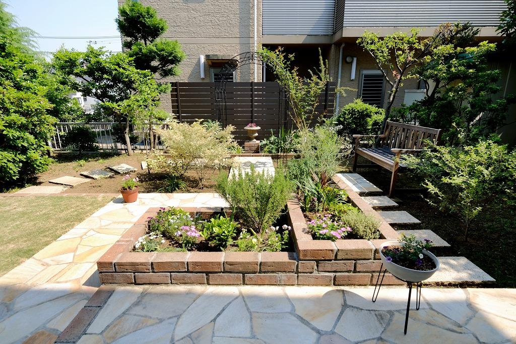 石貼りの舗装路で草花を楽しみながら回遊できるお庭に