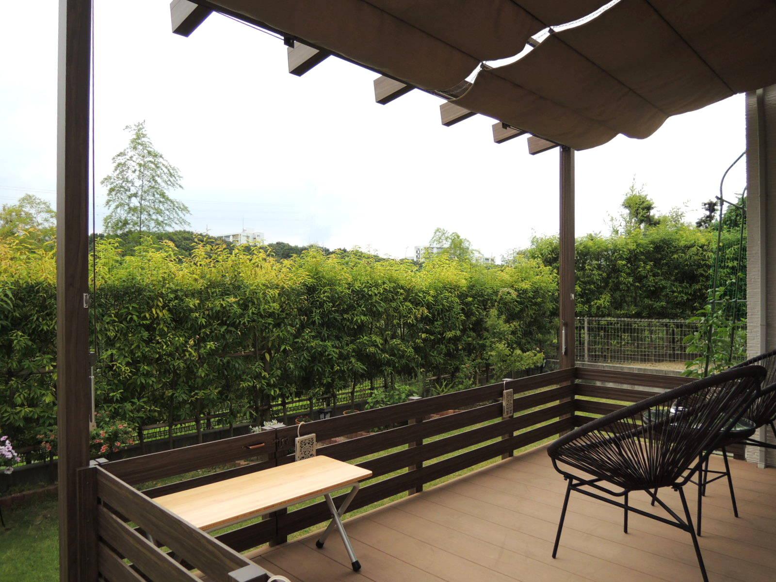 既存のデッキに屋根と囲いをつけてワンちゃんも安心のお庭に